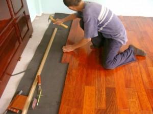 Thợ thi công sàn gỗ chất lượng