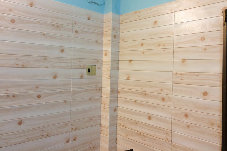 tư vấn báo giá giấy dán tường giả gỗ giá rẻ