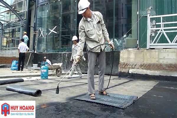 Thợ chuyên thi công màng chống thấm gốc bitumen