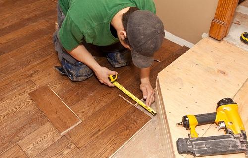 thợ chuyên sửa chữa sàn gỗ uy tín
