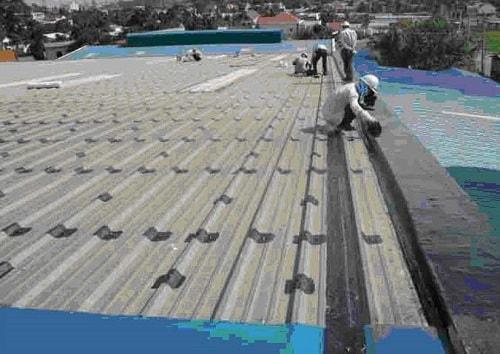 Cách xử lý chống thấm khe hở giữa mái tôn và tường triệt để