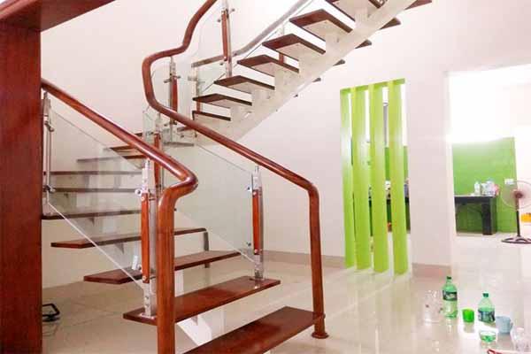 Tay vịn cầu thang chất liệu gỗ tròn