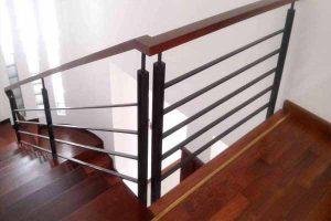 Tay vịn cầu thang chất liệu gỗ hình vuông