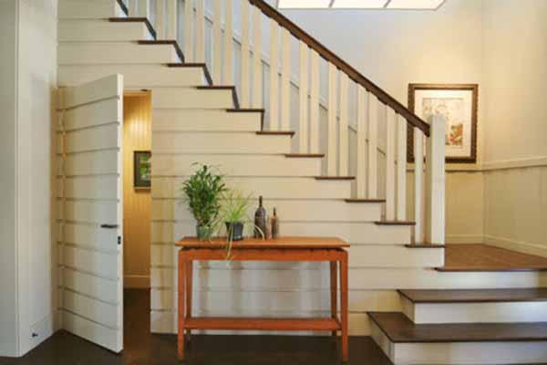Thiết kế cầu thang gỗ khi kết hợp với con tiện sứ