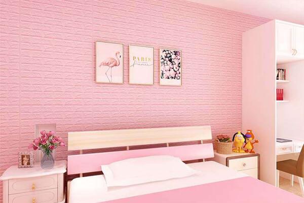 Thiết kế phòng ngủ sử dụng xốp dán tường màu hồng trẻ trung